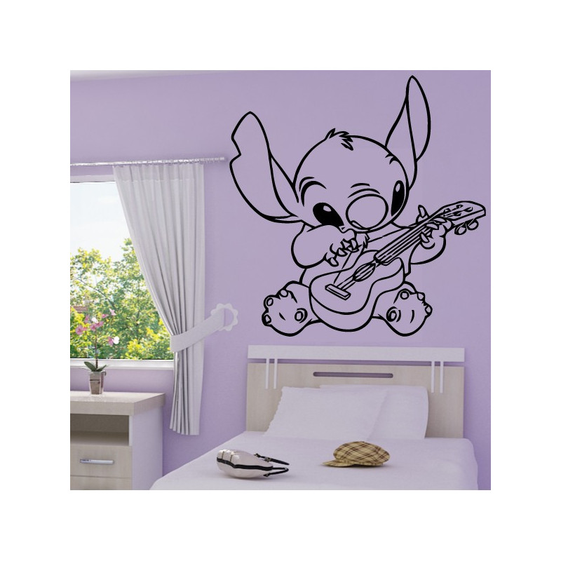 Sticker Stitch joue de la guitare