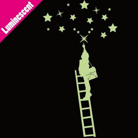 Luminescent Enfant qui attrape les étoiles sur échelle