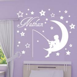 Sticker Enfant sur la lune qui pêche - Etoiles et Prénom