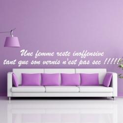 Sticker Texte : Une femme reste inoffensive tant que son vernis n'est pas sec !!!!